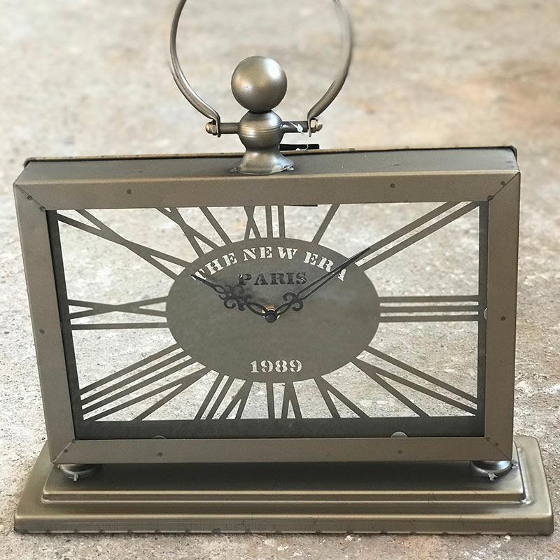 horloge-en-metal-a-poser