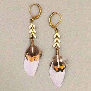 boucle-oreilles-ana-gold-plume-blanche-marron