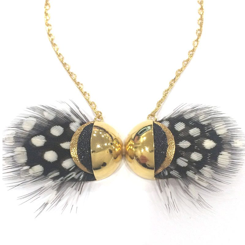 collier-dore-sautoir-papillon-plume-noir-et-blanc-ana-gold