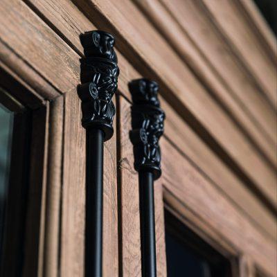 armoire-en-bois-porte-vitres-fermeture-metallique