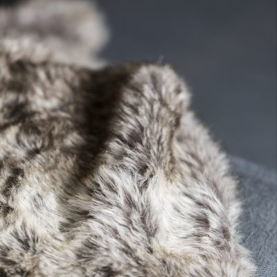 plaid-imitation-fourrure-taupe-et-blanc