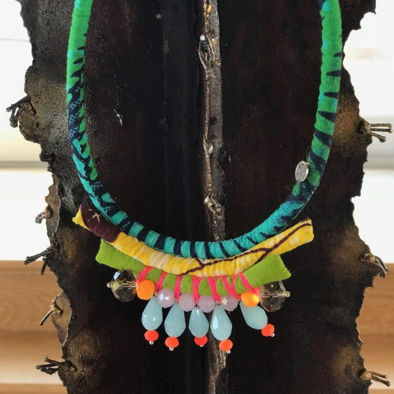 Collier sautoir en tissu et perle de la créatrice Nadia Dafri.