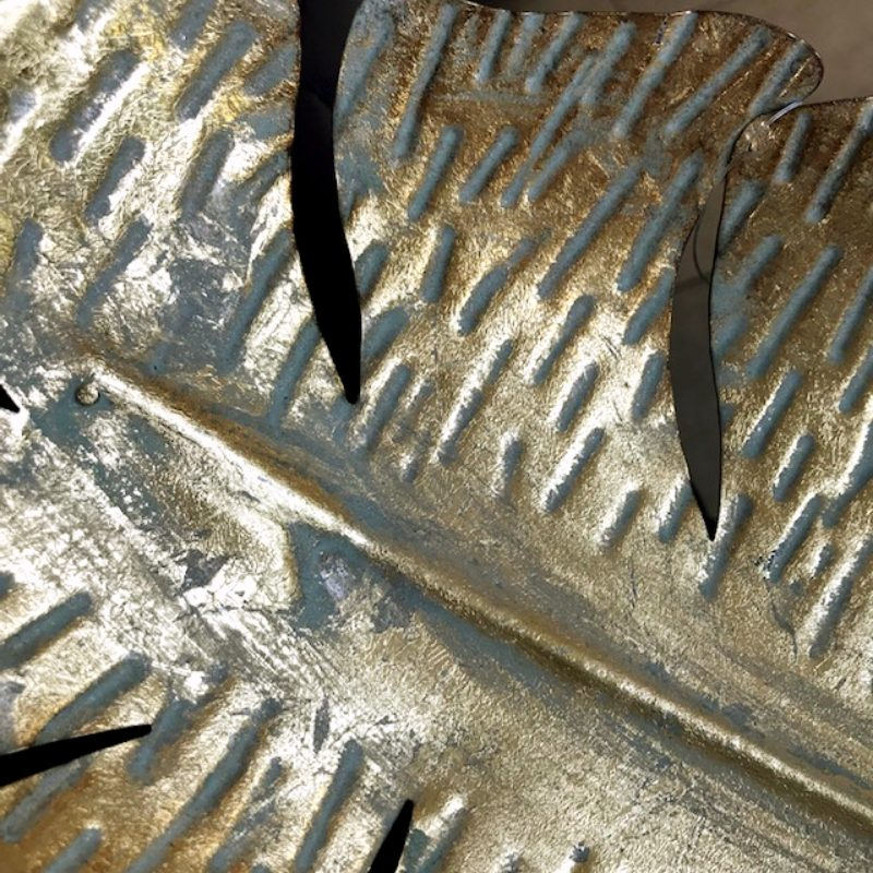 Plat en métal doré en forme de feuille