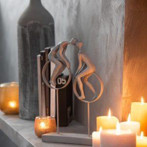 Sculpture en résine couple posé sur un cercle
